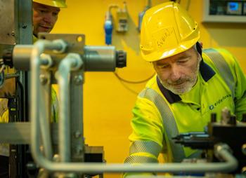 Energioperatører Svein Johnsgård og Jens Arne Finsrud kontrollerer aggregat i Øvre Tessa Kraftverk.jpg