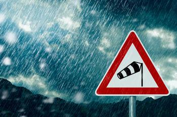 fareskilt for vind med regn i bakgrunnen