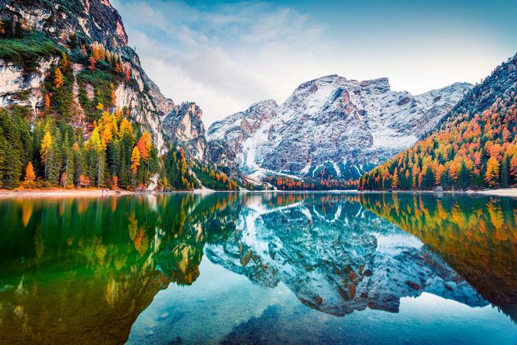 Høst landskap, fjell med snø og grønt vann