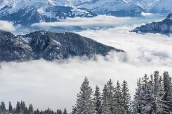 vinter og fjell med skydekt dal