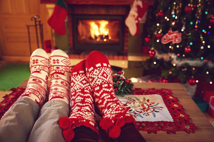 føtter på bordet med julesokker foran peisen