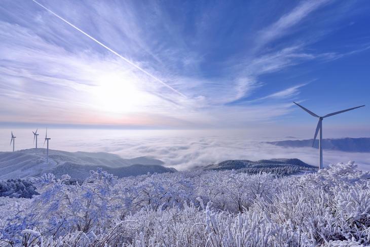 Vindturbiner på fjell en vinterdag