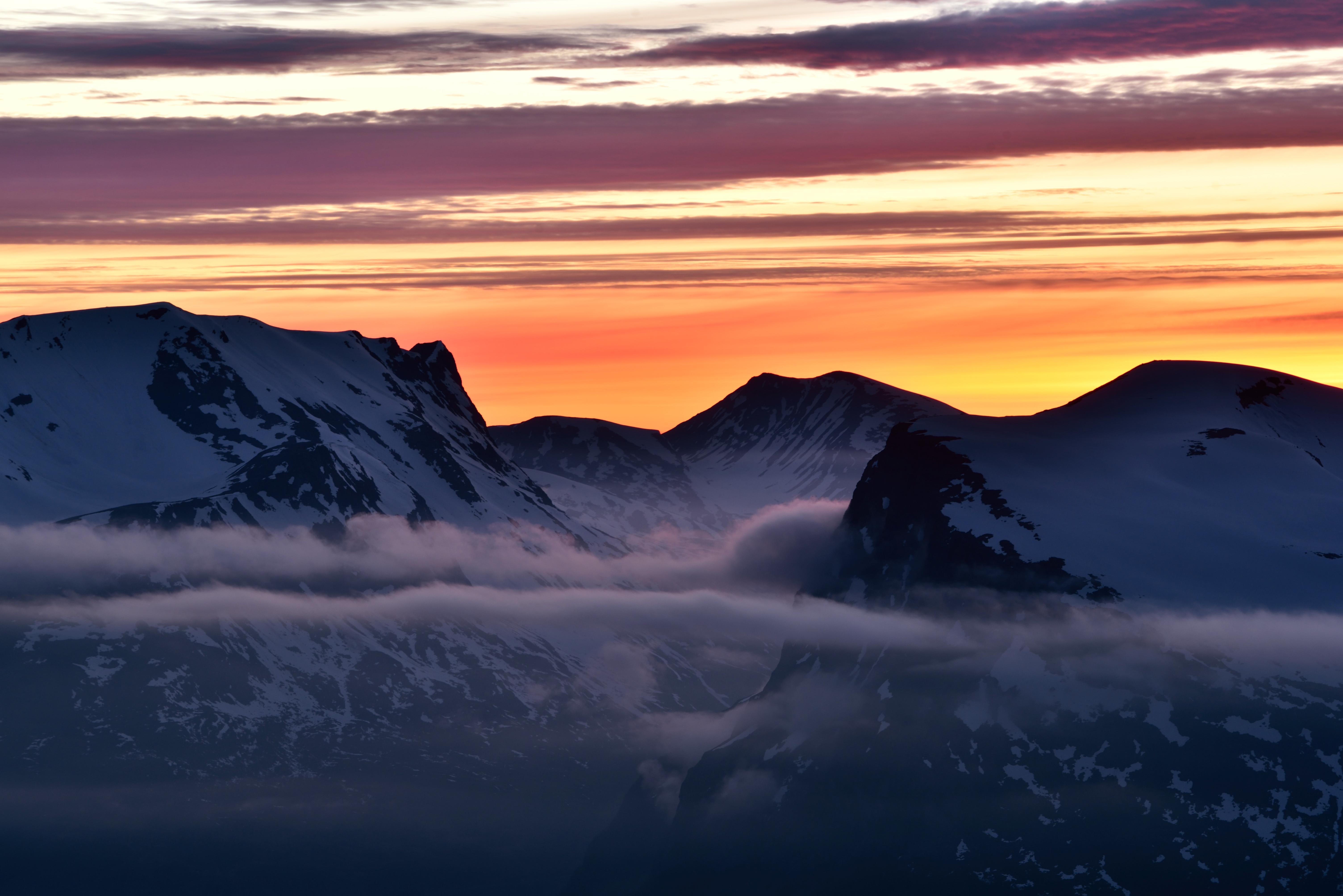 Norske vinterfjell i solnedgang