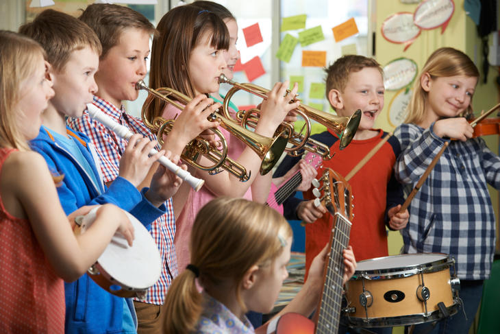 Barn som spiller forskjelige instrumenter.