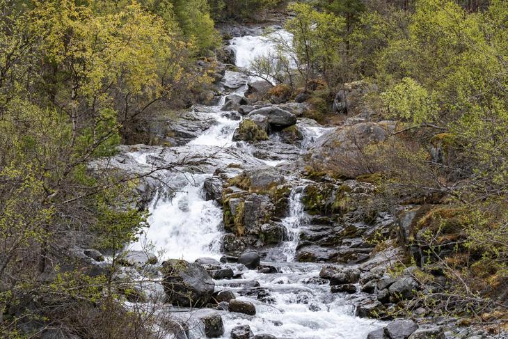 Rennende elv ved navn Smådøla - Eidefoss Strøm