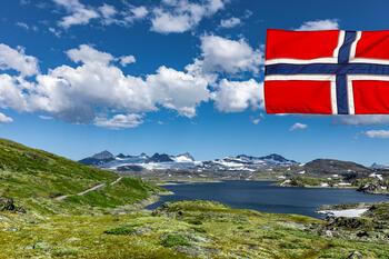 Det norske flagget med Jotunheimen i bakgrunnen.